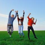 La familia joven feliz salta para la alegría Imagen de archivo libre de regalías