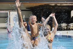 La familia joven feliz se divierte en piscina Fotografía de archivo