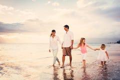 La familia joven feliz tiene caminar de la diversión Imágenes de archivo libres de regalías