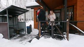 La familia joven sale del mirador en el patio almacen de video