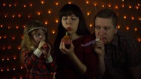 La familia junta celebra el día de fiesta almacen de metraje de vídeo