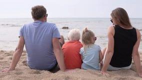 La familia linda con los niños mira el mar almacen de metraje de vídeo
