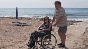 La familia linda de personas mayores camina por el mar almacen de metraje de vídeo