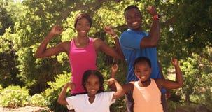 La familia linda está mostrando su músculo a la cámara almacen de metraje de vídeo
