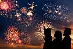 La familia mira los fuegos artificiales del día de fiesta Imágenes de archivo libres de regalías