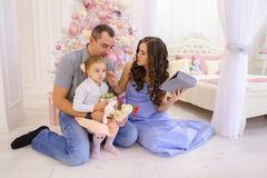 La familia moderna habla con los parientes en Skype en dormitorio espacioso Foto de archivo libre de regalías