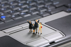 La familia necesita ayuda con la computadora portátil Foto de archivo libre de regalías