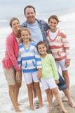 La familia Parents vacaciones de los niños de la muchacha en la playa Imagen de archivo