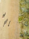 La familia pasa al pescador en la playa Foto de archivo