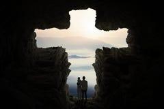 La familia que colocaba la cueva interior formó una cruz Imagen de archivo libre de regalías