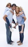 La familia que da a niños lleva a cuestas paseo Foto de archivo libre de regalías
