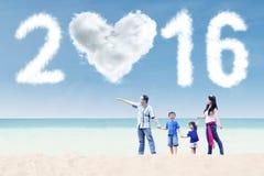 La familia que mira la nube formada numera 2016 Fotos de archivo libres de regalías