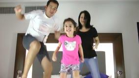 La familia que salta en cama junta almacen de metraje de vídeo