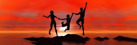 La familia que salta en puesta del sol del mar Imagen de archivo libre de regalías