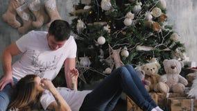 La familia recolectó alrededor del árbol de navidad Interior de la Navidad almacen de metraje de vídeo