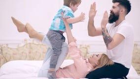 La familia se está divirtiendo en el dormitorio, fondo interior de lujo Concepto de amor, de familia, y de concepto de la felicid almacen de video
