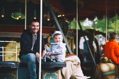 La familia se está divirtiendo en el parque de atracciones Efteling, Países Bajos fotografía de archivo