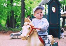 La familia se está divirtiendo en el parque de atracciones Efteling, Países Bajos imagen de archivo