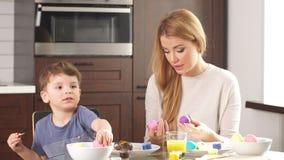 La familia se prepara para el día de fiesta Pascua y concepto feliz de los momentos metrajes