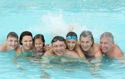 La familia se relaja en piscina Fotografía de archivo