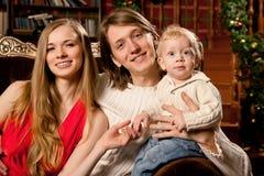 La familia sonriente feliz cerca del árbol de navidad celebra Año Nuevo Fotos de archivo libres de regalías