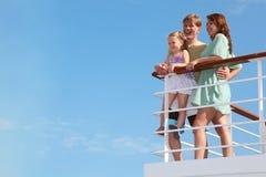 La familia tiene ocio en travesía en la nave del motor
