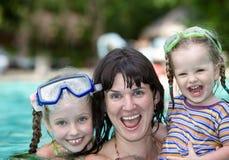 La familia tiene resto en piscina. Imágenes de archivo libres de regalías
