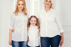 La familia tiró de tres generaciones de mujer que presentaban junta Fotografía de archivo libre de regalías