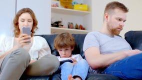 La familia utiliza los artilugios y no comunica almacen de video
