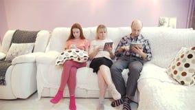 La familia utiliza una tableta almacen de video