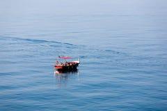 La familia va a pescar de un barco Imagen de archivo