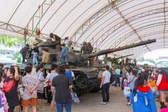 La familia y los niños disfrutan de la diversión con los armas militares de los tanques y las armas del ejército del canon muestr Fotos de archivo libres de regalías