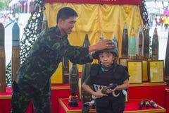 La familia y los niños disfrutan de la diversión con los armas militares de los tanques y las armas del ejército del canon muestr Imagen de archivo libre de regalías