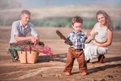 La famille élégante passe leurs vacances dans le secteur arénacé photo libre de droits