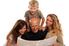 La famille affiche le journal image libre de droits
