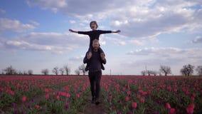 La famille allemande heureuse, joyeux père avec le fils riant d'adolescent a répandu des bras au côté se reposant sur des épaules banque de vidéos