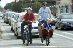 La famille américaine monte des bicyclettes Images stock