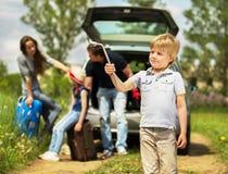 La famille amicale d'amusement est sur un pique-nique Une panne de voiture Images stock