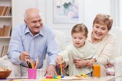 La famille amicale gaie passe le temps ensemble Image libre de droits