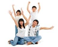 La famille asiatique arme vers le haut Images libres de droits