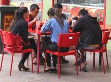 La famille asiatique mange dans Chinatown à Adelaïde Images stock
