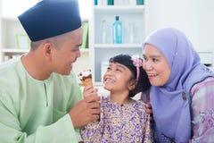 La famille asiatique mangent la crême glacée Photo stock
