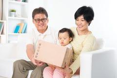 La famille asiatique a reçu le colis image libre de droits