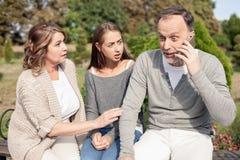 La famille assez amicale ont entendu une certaine mauvaise nouvelle Photo stock