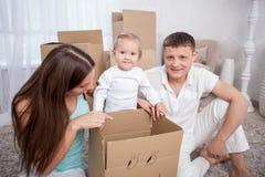 La famille assez amicale se déplace une autre maison photo libre de droits
