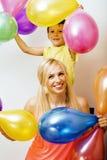 La famille assez vraie avec la couleur monte en ballon sur le fond blanc, blon Photos libres de droits