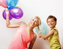 La famille assez vraie avec la couleur monte en ballon sur le fond blanc, blon Photo libre de droits