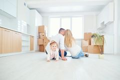 La famille avec l'enfant se déplace à une nouvelle maison image libre de droits