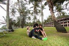 La famille ayant l'amusement ensemble à la plage Photo libre de droits