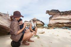 La famille ayant l'amusement ensemble à la plage Photographie stock libre de droits